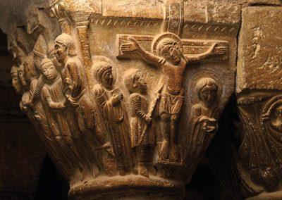 Crucifixió de Jesús. Capitell ubicat a la galeria nord del claustre del monestir de l'Estany