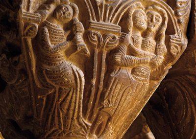 Noia pentinant-se; dos enamorats. Capitell ubicat a la galeria est del claustre del monestir de l'Estany