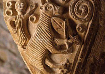 Bou tocant el rabell. Capitell ubicat a la galeria est del claustre del monestir de l'Estany