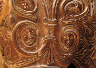 Tiges i màscares. Capitell ubicat a la galeria nord del claustre del monestir de l'Estany