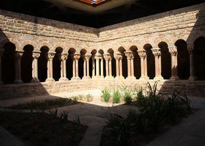 Galeria nord i galeria est del claustre de monestir de l'Estany