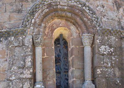 Finestra romànica de l'absis de l'església de Santa Maria de l'Estany
