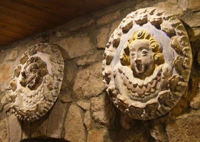 Medallons de guix de l'església de Santa Maria de l'Estany