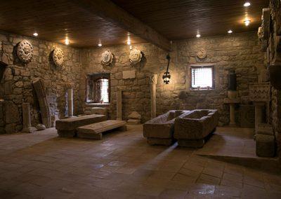 Sala del lapidari de l'exposició permanent del monestir de l'Estany